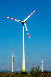 Windturbine auf blauem Himmel Lizenzfreies Stockfoto