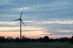 Windturbine bij recente avond Stock Afbeelding