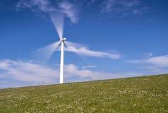 Windturbine in der Bewegung Lizenzfreie Stockfotos