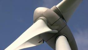 Windturbine die alternatieve energie veroorzaken stock video