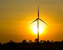 Windturbine durch Sonnenaufgang lizenzfreie stockbilder