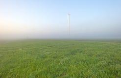 Windturbine in een mistige weide Royalty-vrije Stock Foto's