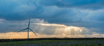 Windturbine en zonnestralen Stock Foto
