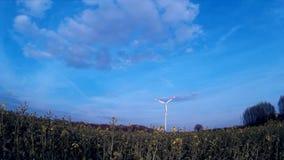 Windturbine/energía eólica con un cielo azul y una salida del sol almacen de metraje de vídeo