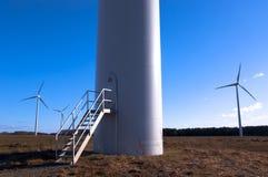 Windturbine gegen blauen Himmel Stockfotos