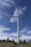 Windturbine gegen blauen Himmel Stockfoto
