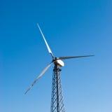 Windturbine gegen den blauen Himmel Stockfotos