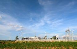 Windturbine im blauen Himmel Lizenzfreie Stockfotos