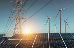 windturbine met zonnepanelen en elektriciteitshoogspanning Co Royalty-vrije Stock Afbeeldingen