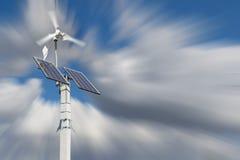 Windturbine met zonnepanelen op pijler Royalty-vrije Stock Afbeelding