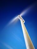 Windturbine in motie en bekeken van onderaan Stock Foto's