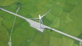 Windturbine op de groene mening van gebiedsaeria van hommel Alternatief natuurlijk bron en ecologiebehoud Groen windlandbouwbedri stock videobeelden