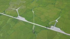 Windturbine op de groene mening van de gebiedshommel van hierboven Alternatief natuurlijk bron en ecologiebehoud De antenne van h stock video