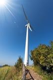 Windturbine op een Blauwe Hemel met Zonstralen Stock Fotografie
