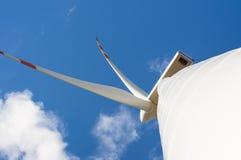 Windturbine på solig dag Royaltyfri Bild