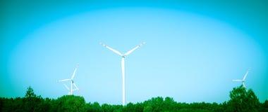 Windturbine på solig dag Arkivbilder
