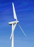 Windturbine tegen bewolkte blauwe hemel Stock Foto
