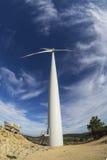Windturbine tegen Blauwe Hemel stock foto's
