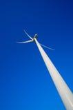 Windturbine tegen diepe blauwe hemel Stock Fotografie