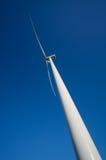 Windturbine tegen diepe blauwe hemel Stock Foto's