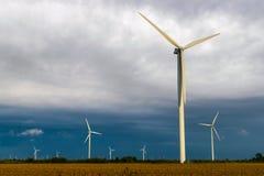 Windturbine tijdens een bewolkte dag op een landbouwbedrijf royalty-vrije stock afbeeldingen