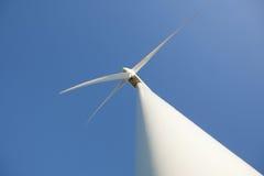 Windturbine und blauer Himmel Lizenzfreie Stockbilder