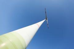 Windturbine van onderaan brede hoek Stock Fotografie