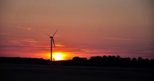 Windturbine während des Sonnenuntergangs Stockfoto