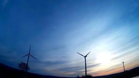 Windturbine/Windenergie met een blauwe hemel en een zonsopgang stock footage