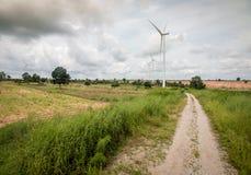 Windturbinen auf dem grünen Gebiet Lizenzfreie Stockfotografie