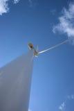 Windturbinen auf dem grünen Gebiet Lizenzfreie Stockfotos