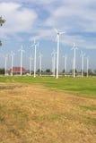 Windturbinen auf dem grünen Gebiet Lizenzfreie Stockbilder