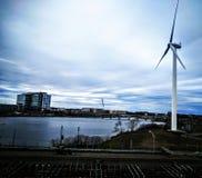Windturbinen auf dem grünen Gebiet Lizenzfreies Stockfoto