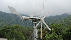 Windturbinen auf dem grünen Gebiet Stockfotos