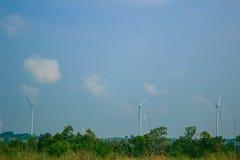 Windturbinen auf dem grünen Gebiet lizenzfreies stockbild