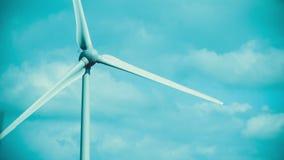 Windturbinen auf dem grünen Gebiet Direkter Schuss einer Windkraftanlage Erzeugung sauber, Ökostrom stock video