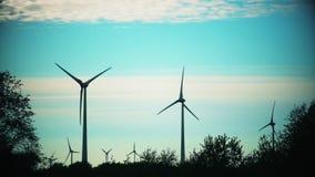 Windturbinen auf den Gebieten Erneuerbare Energie Drastisches Farbordnen Statischer Schuss stock video