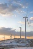 Windturbinen auf einem Berg mit Schnee Stockfotos