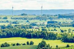 Windturbinen in einer landwirtschaftlichen Landschaft Lizenzfreie Stockbilder