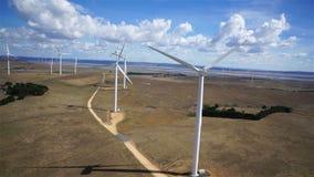 Windturbinen, gelbes Feld stock video footage