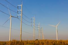 Windturbinen mit Übertragungszeilen Stockfotos