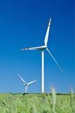 Windturbinen und blauer Himmel von der Grasstufe Stockfotos