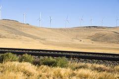 Windturbinen und Eisenbahnspuren. stockfotos