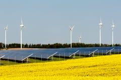 Windturbinen und photo-voltaische Anlage Stockbilder