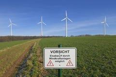 Windturbinen und Warnzeichen Stockfoto