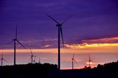 Windturbinen während des schönen Sonnenuntergangs Lizenzfreie Stockfotos