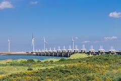 Windturbiner nära stormbarriären. Arkivbilder