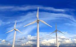 Windturbiner på blåsig och molnig dag Arkivfoto