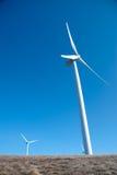 Windturbiner på den klara blåa skyen royaltyfri bild