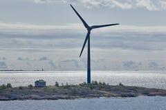 Windturbiner på solnedgången förnybar energi Finland seascape Royaltyfria Foton